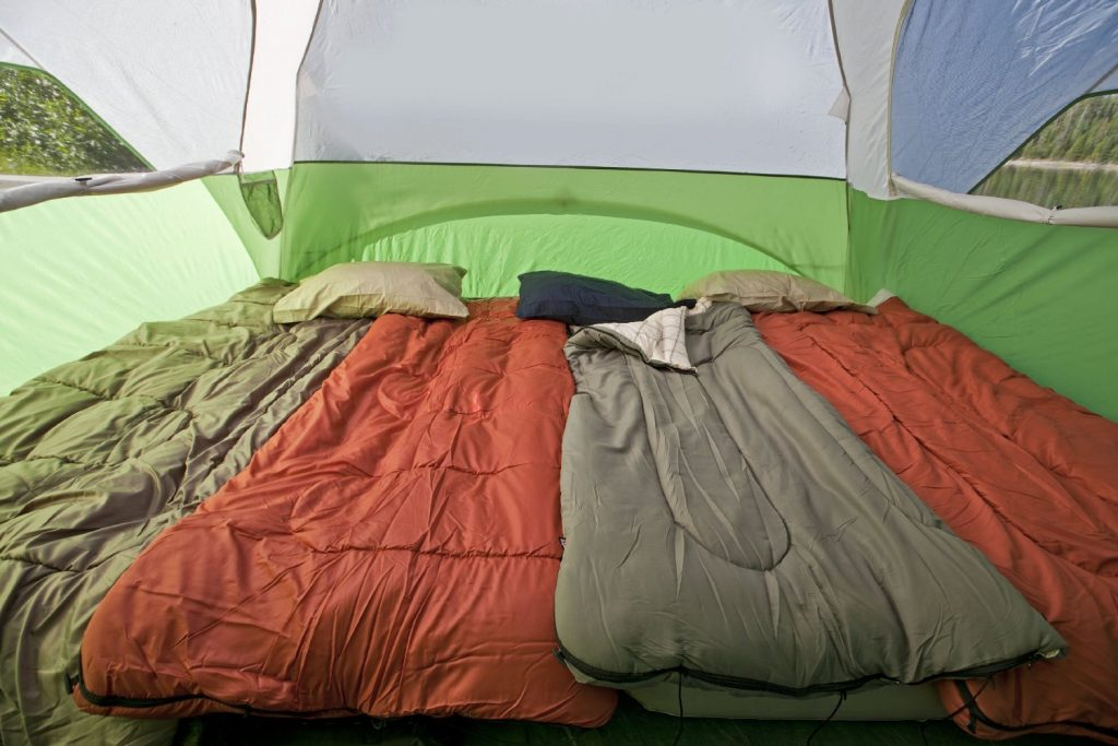 coleman-evanston-screened-tent-with-sleeping-bags